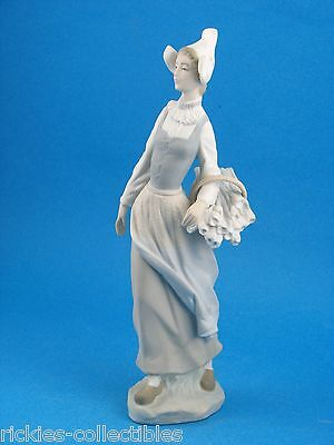 Genteel Dutch Girl - Made in Spain by Lladro #4860 - Retired 1985