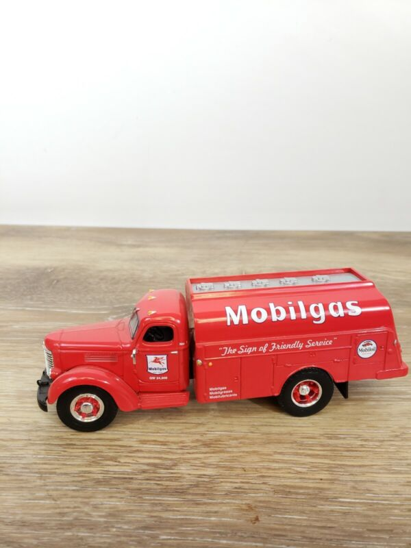 1999 First Gear 1949 International Mobil Gas Tanker Truck Collectable Die Cast