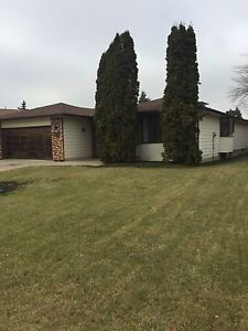 Huge Bungalow (3134 sf of living space)/Finished Basement