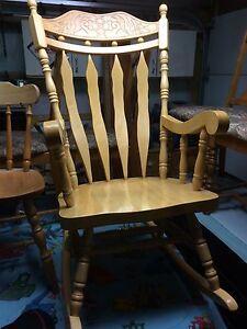 Chaise berçante en bois franc