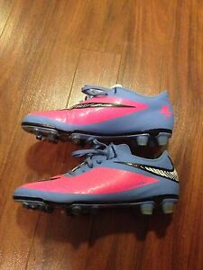 Nike Soccer Cleats--size 8.5