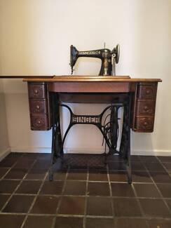 Vintage Singer Sewing Machine Y1464554