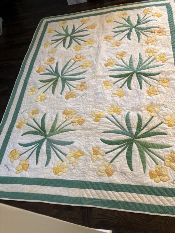 Beautiful Yellow Daffodils Vintage Country Friendship Quilt