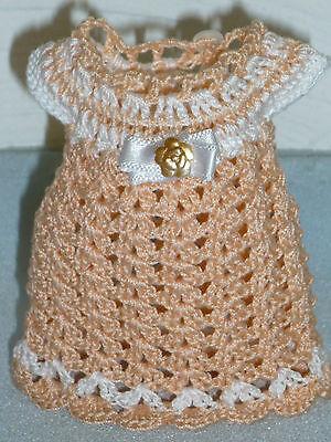 Puppenkleid antik Stil, handgehäkelt lachs-weiß für 15 cm große Puppe Unikat