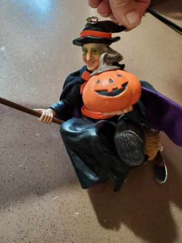 VTG Flying Halloween WITCH Doll Decoration on Broom with fan propeller batterie