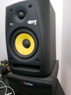 Pair of krk Rokit 5 - woofer of one speaker not working