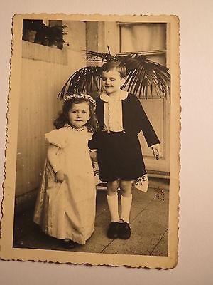 2 kleine Kinder - Mädchen im Kleid und Junge in kurzer Hose / Foto ()