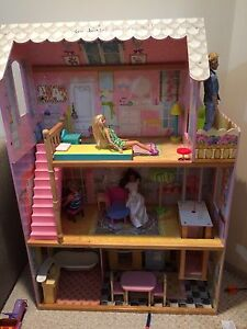 Barbie house, furniture, dolls and clothes.