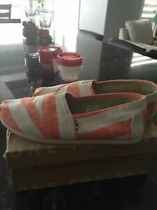 Women's Toms size 6.5, new condition