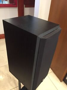Pair of Bowers and Wilkens B&W bookshelf speakers Like New