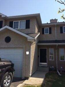 3 bedroom, 2.5 bathroom TOWNHOUSE in Briarwood for sale