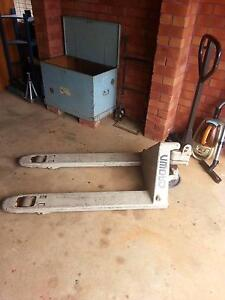 Crown pallet lift jack - hardly used ( private owners x2 ) Port Macquarie Port Macquarie City Preview