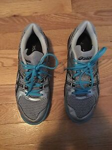 Size 8 women's asics volleyball shoes