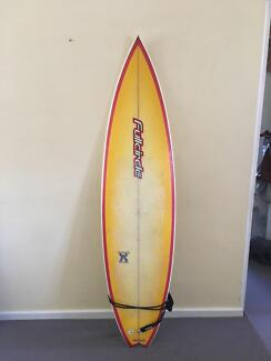 Surfboard 6 foot 4 inches - Full Circle