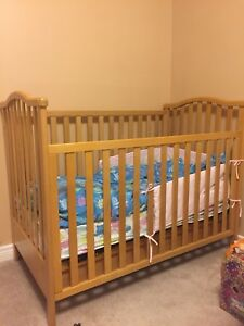 Solid wood baby crib able to adjust high
