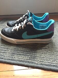 Women's size 8 Nike shoes London Ontario image 1