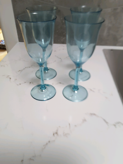 Four tupperware plastic wine glasses.. new and boxed