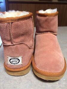 Ugg boots  size 2 Harkaway Casey Area Preview