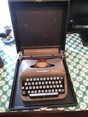 Vintage Typewriter Remington Travel-Riter With Case (needs new ribbon)