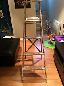 Wooden ladder / Escabeau en bois