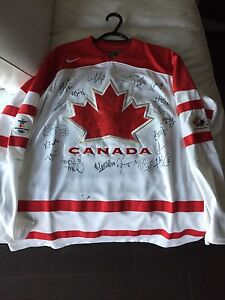 Women's Canadian Olympic Hockey Team Signed jersey.