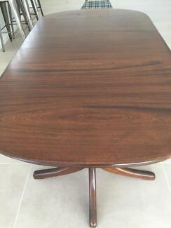 Dining table - Good condition