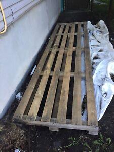 Palette de bois 12 pieds à donner