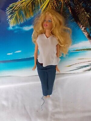 auer Hose und weißen Oberteil, lange blonde Haare (Weiße Und Blaue Haare)