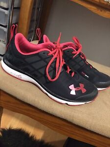 NEVER WORN SIZE 5.5 SNEAKERS