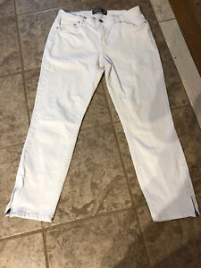 Ladies size 28 Reitmans crop jeans like new.