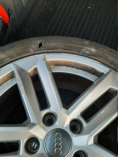 Defekter Reifen und Felge