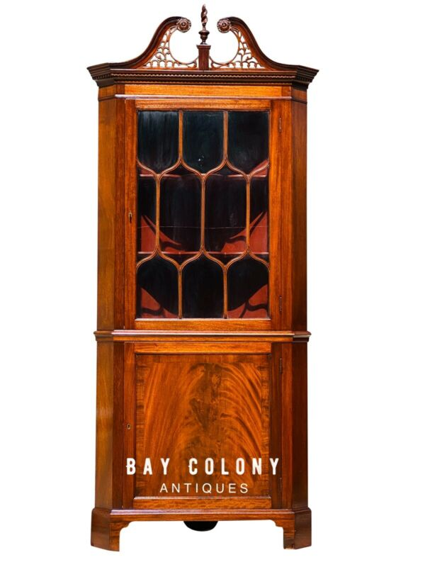 20TH C FEDERAL ANTIQUE STYLE MAHOGANY CORNER CABINET / CUPBOARD
