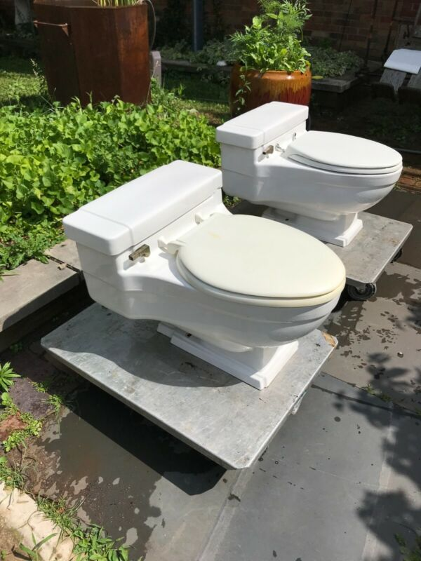 CASE mid century modern toilet one piece white, a pair