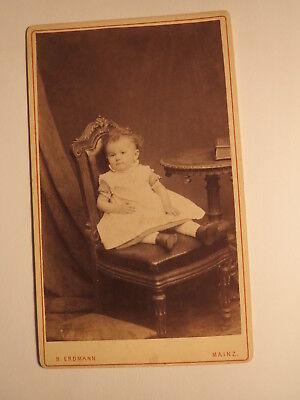 Mainz - auf einem Stuhl sitzendes kleines Kind - Kulisse / CDV