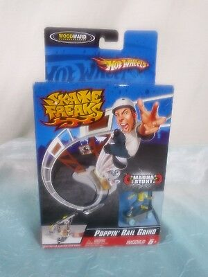 Hot Wheels Skate Freaks Poppin' Rail Grind Magna Stunt Action Mini Skakeboarder