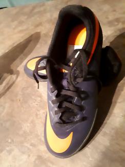 Nike womens indoor soccer shoe