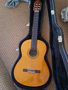 Classic guitar Yamaha model C40 with UXL hard case Bull Creek Melville Area Preview