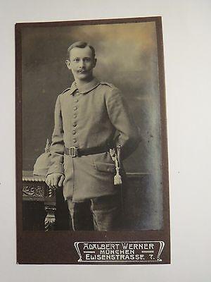München - stehender Soldat in Uniform - Helm mit Bezug / CDV