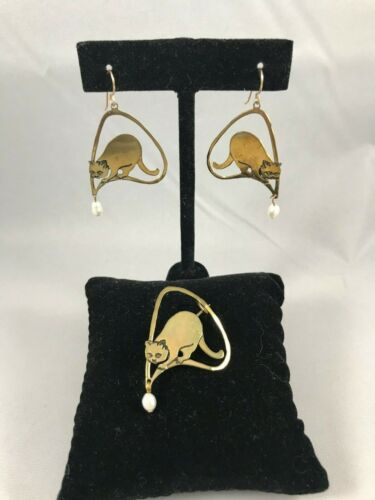 S. PACKARD VINTAGE ARTISAN CAT THEMED EARRING & BROOCH SET, GOLD W/PEARL