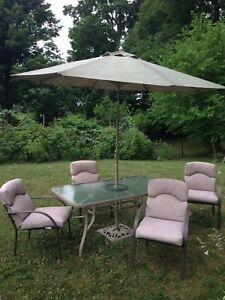 Lovely complete patio set, umbrella, base, delivery avail.