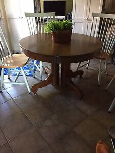Antique oak table (with 2 leaves ) 100.00
