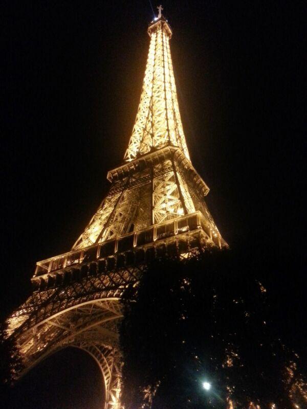 Der Eiffelturm bei Nacht ist das Highlight schlechthin. Um 23 Uhr beginnt er für 15min zu blinken.