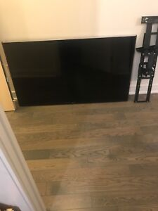 """Samsung 55"""" smart Tv with wall mount"""