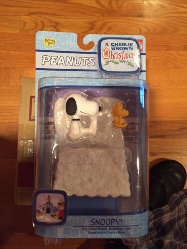 A Charlie Brown Christmas Snoopy W Woodstock, Doghouse & Snowscape Display Base