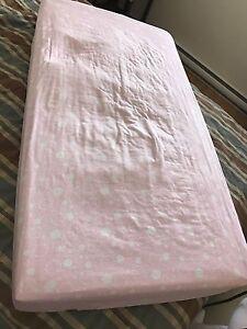 Matelas de bassinette et draps