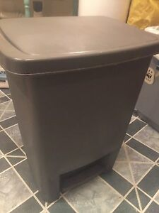 Good condition step garbage can