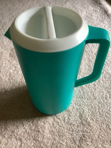 Vintage Rubbermaid Turquoise 2 1/4 Quarts Pitcher #2445 With Slotted White Lid