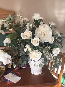 Bouquet of Fake Beige/Cream Coloured Flowers in Vase Base