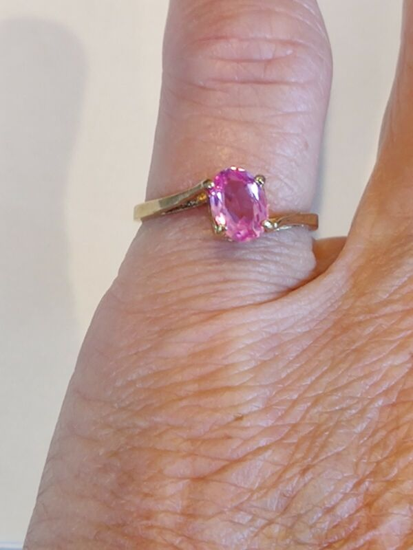 VINTAGE DAINTY 10K GOLD OVAL SHAPE SYNTHETIC PINK SAPPHIRE RING Size 5.25