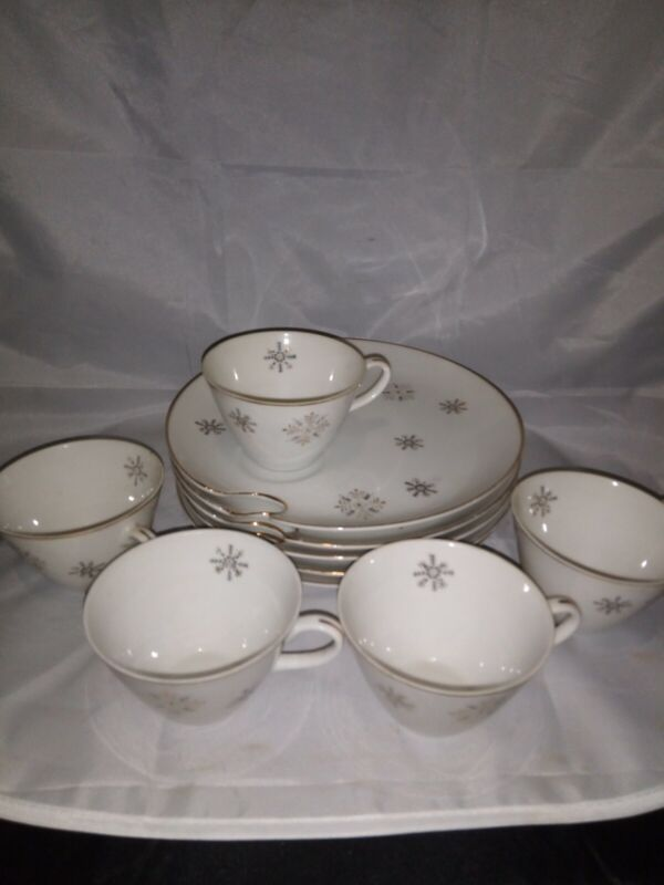 Vintage Snowflake Design Gold Trim Snack Plates And Cups Set Of 5